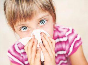 Идет кровь из носа у ребенка: обзор причин, что делать?