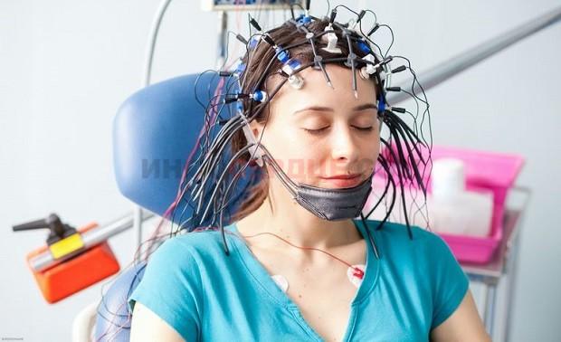 Фото пациента на реоэнцефалографии